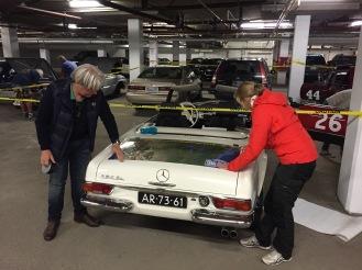 Met de Mick de Haas de routesticker aanbrengen