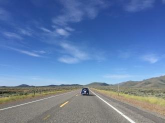 De Volkswagen Kever van Ed en Janet (US) voor ons door de woestijn