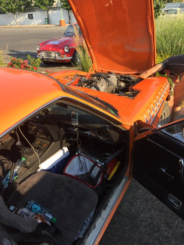 de oververhitte oranje Datsun